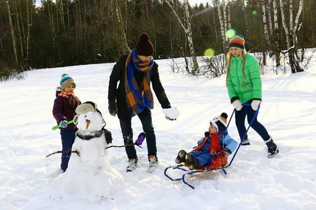 family-fun-in-snow